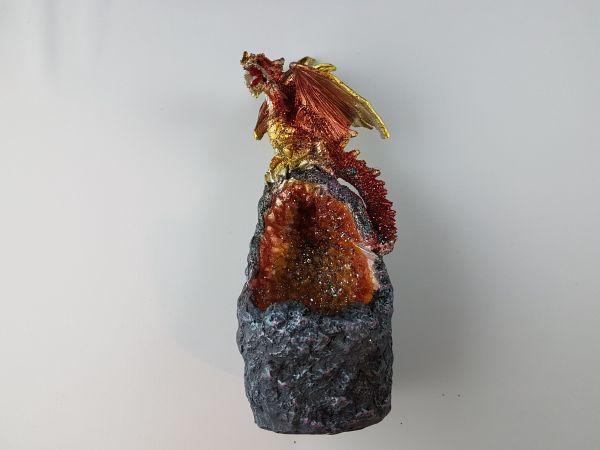 Roter Drachen auf Kristall
